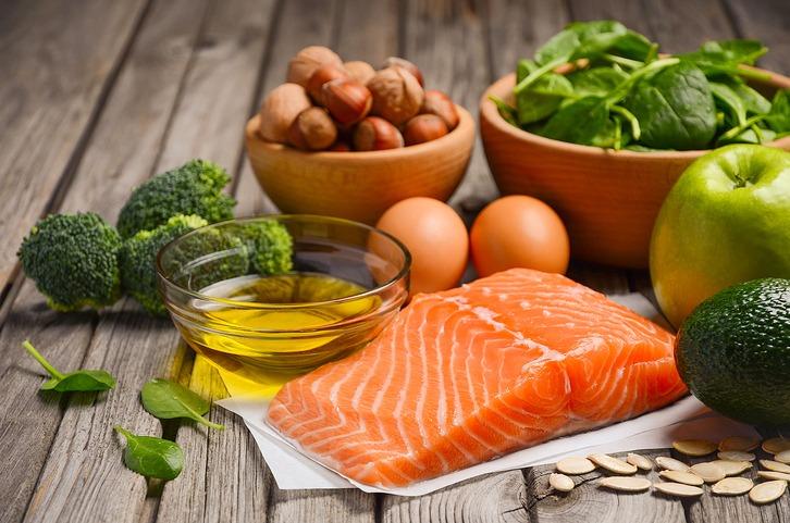 La vitamine E présente dans les fruits a coques et le poisson